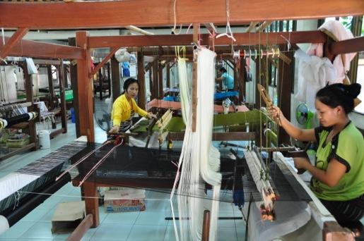 Vientiane - ladies handweaving silk Maicome
