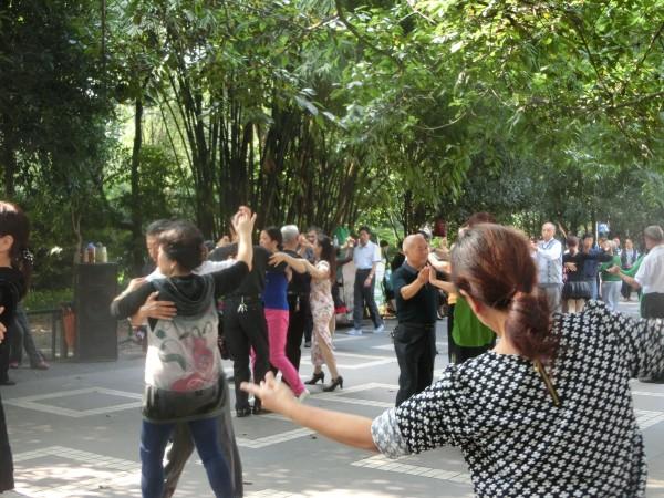 Chengdu - Peoples Park - Dancing - Shrink